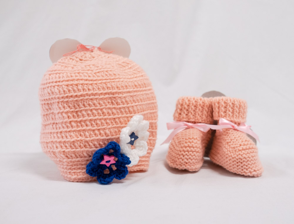 heather scott_nareen gardens bateau bay ilu_knitted beanie and booties